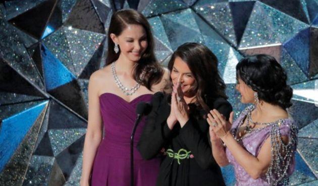 Ashley Judd, Annabella Sciorra y Salma Hayek, en el escenario de los Oscar