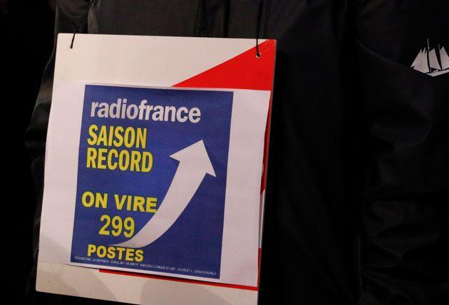Une pancarte des employés de Radio France manifestant près du Ministère de la Culture...
