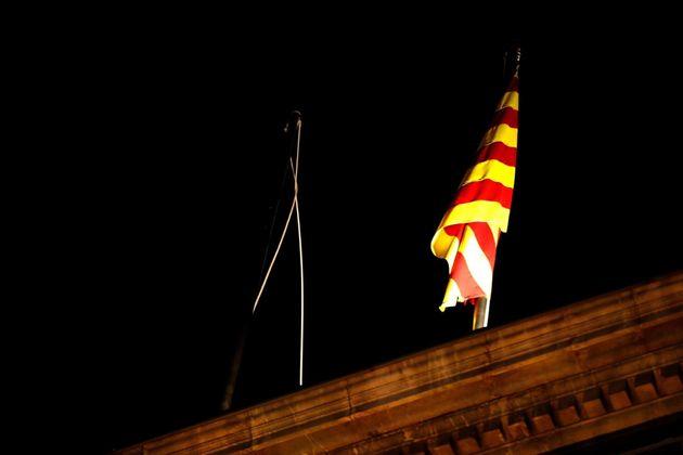 Arrían unos minutos la bandera española del Palau de la