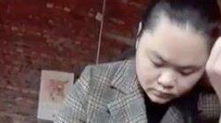 「独裁に反対」習近平国家主席の『顔』に墨汁をかけた女性、精神病院から戻るとまるで別人に