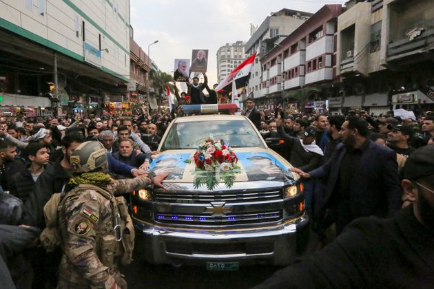 Migliaia ai funerali di Soleimani a Baghdad, presente il premier. Domani esequie a