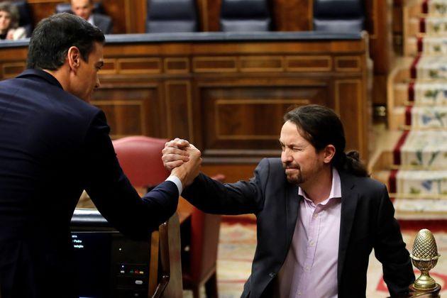 Sánchez e Iglesias se saludan tras la intervención del líder de Unidas