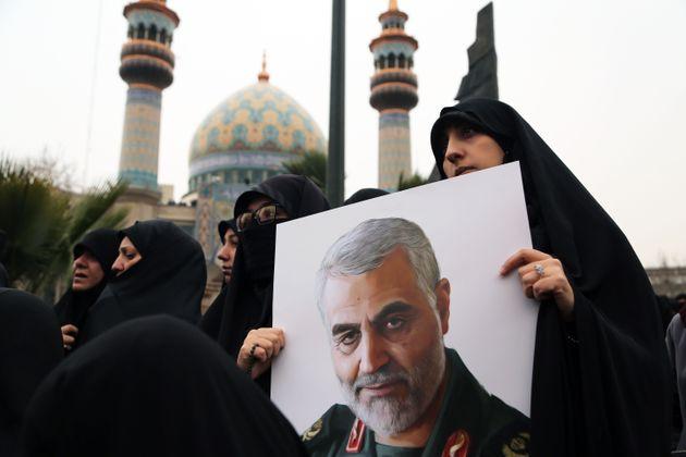 Una mujer iraní con un retrato de