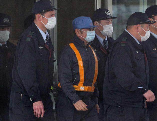 東京拘置所から保釈された日産自動車の前会長カルロス・ゴーン被告(中央)=2019年3月6日、東京都葛飾区