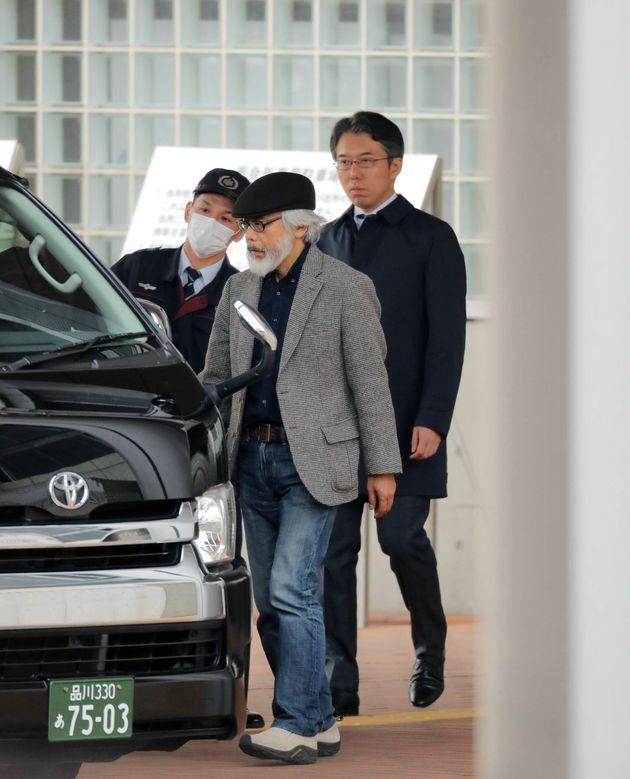 日産自動車の前会長カルロス・ゴーン被告の保釈に向けて準備をする高野隆(中央)、河津博史(右)の両弁護士=2019年3月6日、東京都葛飾区の東京拘置所