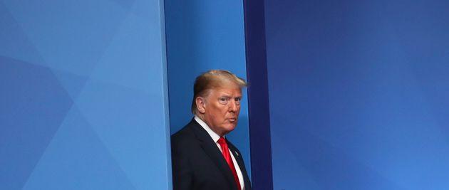 Donald Trump monte sur scène lors d'une réunion de l'Otan le 4 décembre 2019 (photo