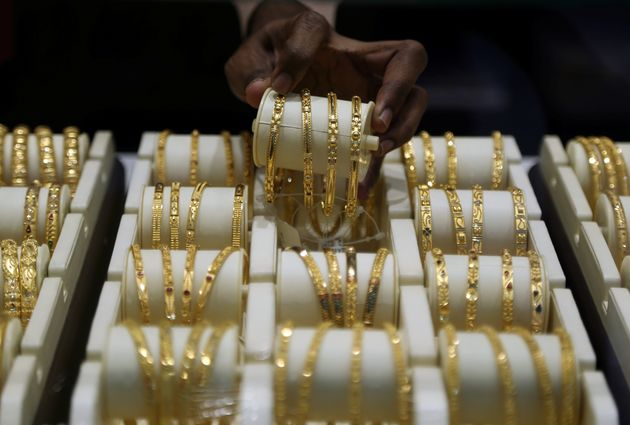 A salesman arranges gold bangles inside a jewellery showroom on the occasion of Akshaya Tritiya, a major gold buying festival, in Mumbai, India, May 7, 2019. REUTERS/Francis Mascarenhas