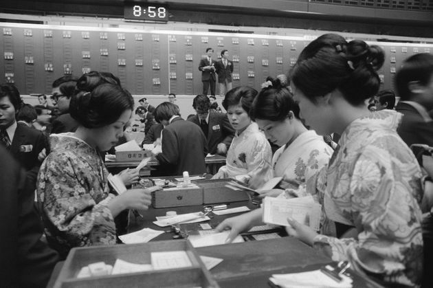仕事始めで伝票の整理などをする和服姿の職員(東京・中央区の東京証券取引所)