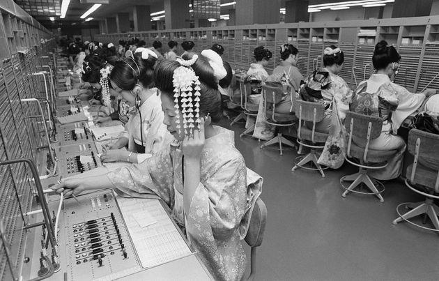 着物姿で仕事をする電話交換手の人たち(東京・千代田区の東京市外電話局)