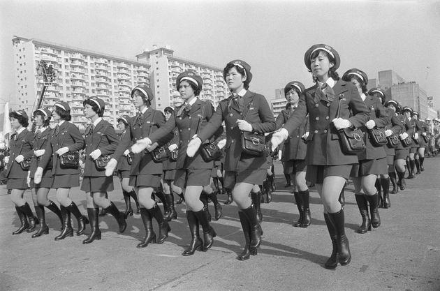 東京消防庁の出初め式で分列行進する初参加の女性消防官(東京・中央区の晴海中央通り)