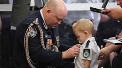 Harvey, il bambino col ciuccio decorato per il papà pompiere morto in