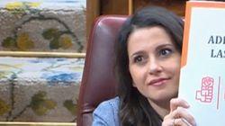 El polémico gesto de Inés Arrimadas a Adriana Lastra: lo que pone en el folio levanta