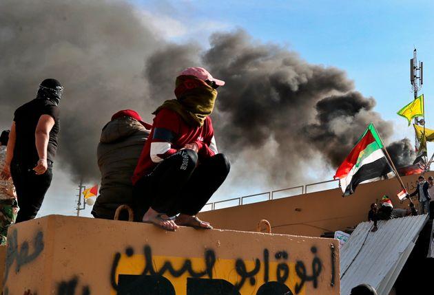 Des paramilitaires pro-Iran et leurs soutiens devant l'ambassade américaine à Bagdad le...