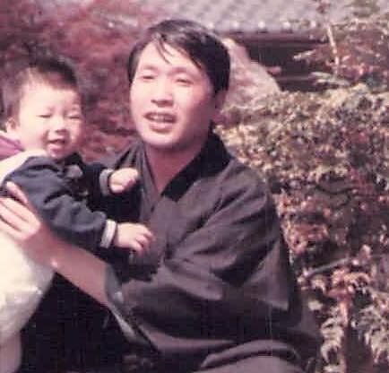 (左から)幼少期の村橋ゴローさんと父のマサルさん