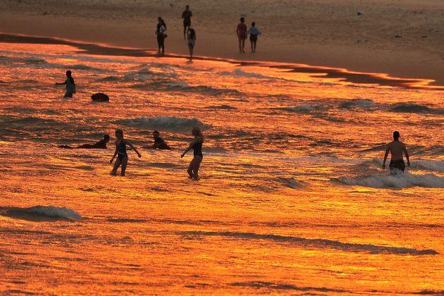 폭염 속, 시드니 본디 해변에서 석양을 즐기는 사람들. 12월 19일. 이 날 유례가 없는 폭염이 통제불가능한 들불을 퍼뜨려, 주택이 파괴되고 유해한 연기가 광범위한 지역을 메워 오스트레일리아에서...