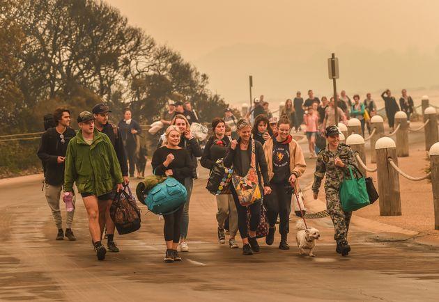 들불이 마을을 파괴한 뒤, 빅토리아 말라쿠타 주민들이 군인을 따라 출스 군함으로 대피하고 있다. 1월