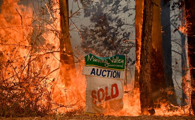 시드니 북쪽 350킬로미터 타리 인근의 부동산을 태우고 있는 들불. 11월