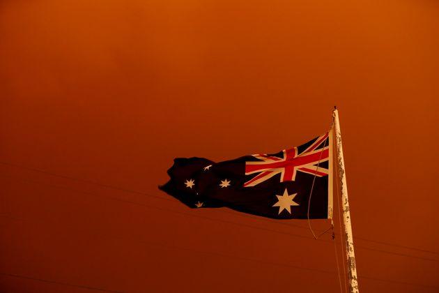 새빨간 하늘 아래 휘날리는 오스트레일리아 국기. 1월 4일, 브루텐. 이스트 깁슬랜드 지역에서 사망자2 명, 실종자 28명이 발생했고, 대니얼 앤드류스 빅투리아 주지사는 재난 상태를...
