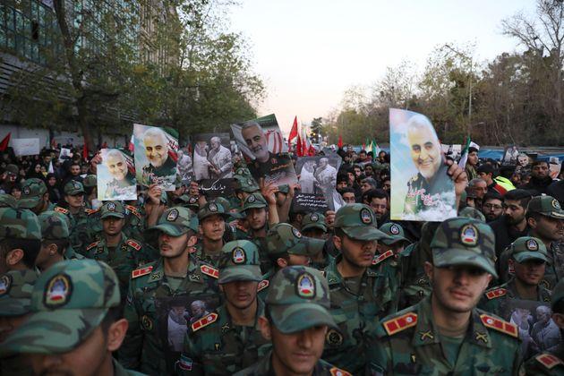 Ιράν: Χιλιάδες στους δρόμους για την κηδεία Σολεϊμανί - Με «μεγάλα αντίποινα» απειλεί ο
