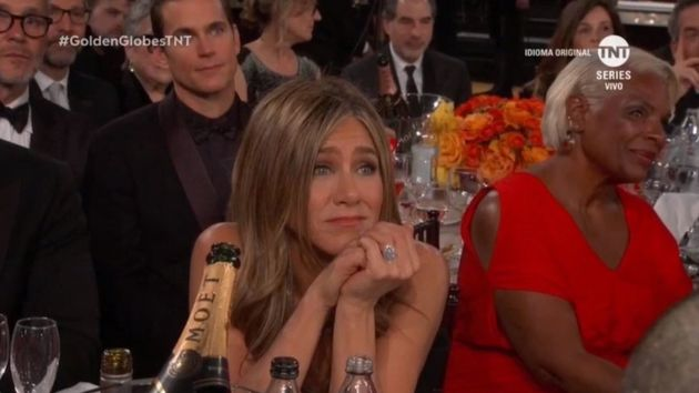 Jennifer Aniston escucha a Brad Pitt en los Globos de Oro