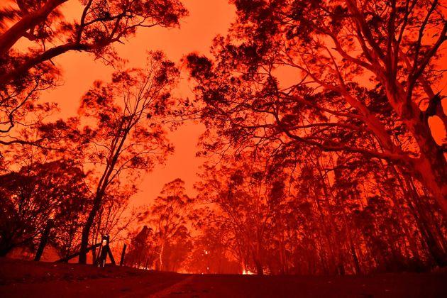 12月31日、ニューサウスウェールズ州ナウラ周辺では、山火事の影響で空が赤く染まった。