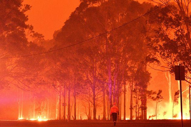 12月31日、ナウラで消火活動にあたる消防隊