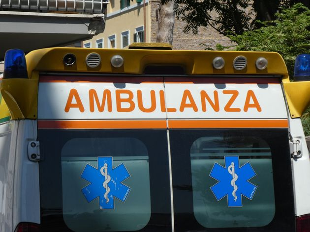 Ragazzi sequestrano un'ambulanza a Napoli per soccorrere l'amico con una