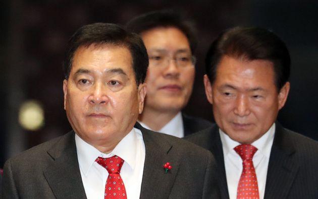 심재철 자유한국당 원내대표가 6일 서울 여의도 국회에서 열린 의원총회에 참석하고 있다. 이날 의총은 비공개로
