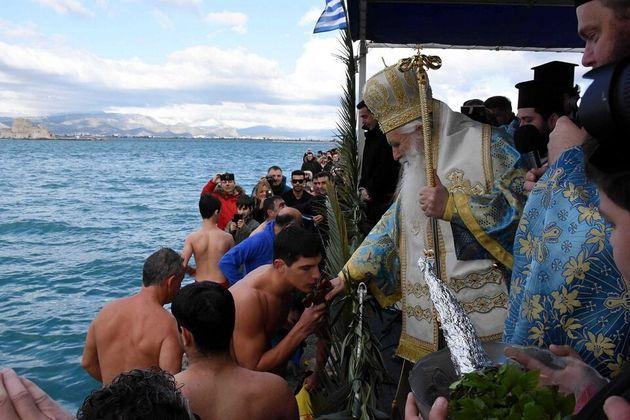 Με λαμπρότητα και τσουχτερό κρύο γιορτάστηκαν τα Θεοφάνεια σε όλη τη