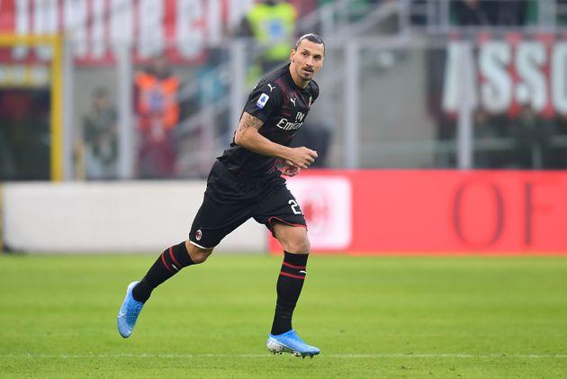 Zlatan Ibrahimovic entre sur la pelouse de San Siro pour son retour à Milan, le 6 janvier