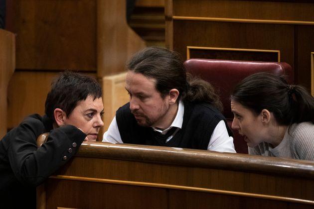 Mertxe Aizpurua (Bildu) saluda a Pablo Iglesias e Irene Montero