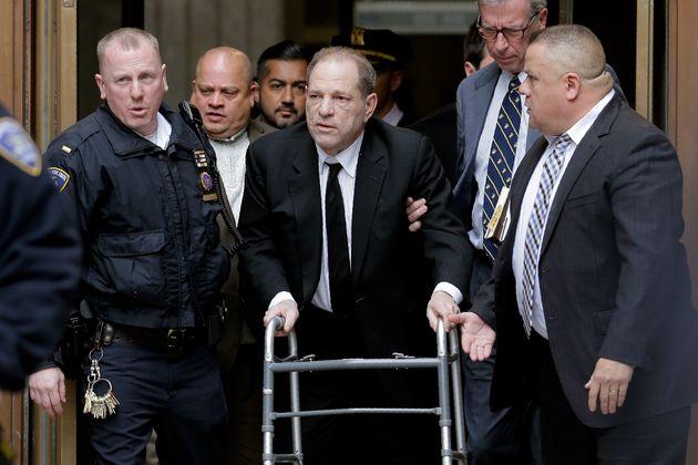 O ex-magnata do entretenimento, Harvey Weinstein, pálido e abatido, na saída da Suprema...