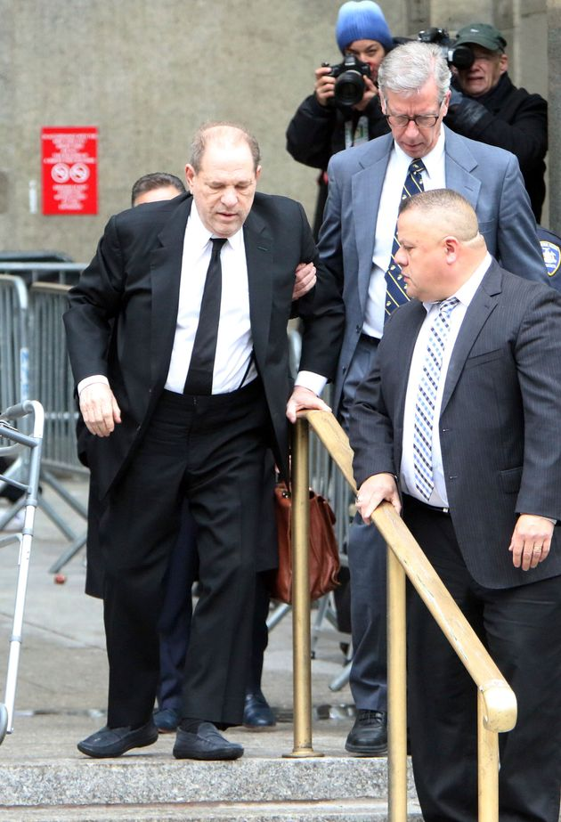 Harvey Weinstein, de 67 anos, é escoltado por seguranças e amparado por advogados e colegas...