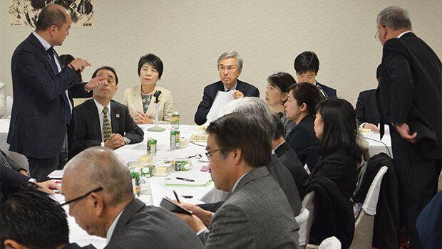 石原会長(中央)らに手話で意見を述べる全日本ろうあ連盟理事の石橋大吾さん