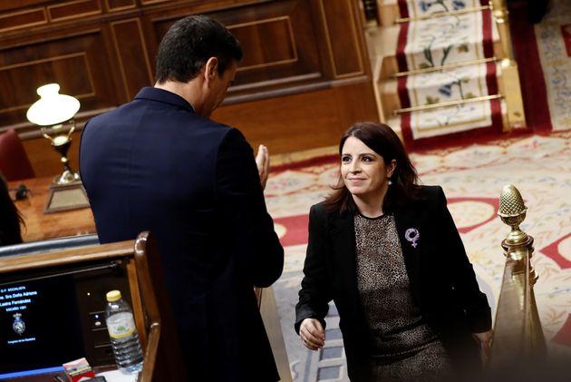 La portavoz del PSOE, Adriana Lastra, recibe el aplauso del candidato a la Presidencia del Gobierno,...