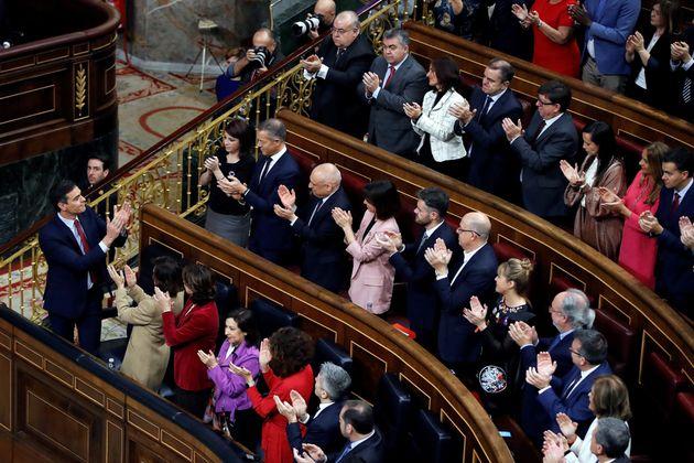 Pedro Sánchez, aplaudido por los
