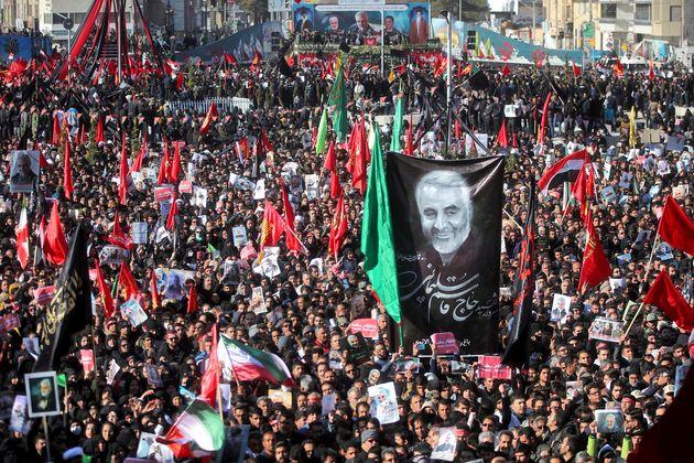 Em luto, iranianos participam de funeral do general Qassem Soleimani na cidade de Kerman, no sudeste...