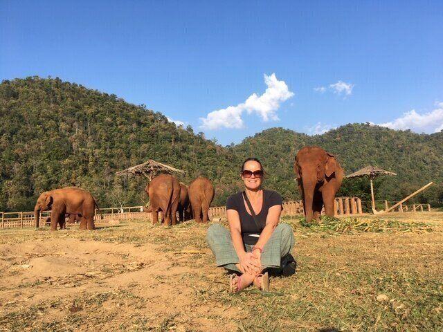 Tamara Fletcher colaborando como voluntaria en el Elephant Nature Park.