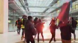 Des grévistes manifestent au siège de BlackRock à