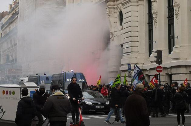 Des militants syndicaux français manifestant devant le siège du gestionnaire d'actifs BlackRock,...
