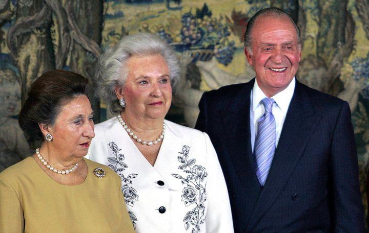 Las infantas Margarita y Pilar junto al rey Juan Carlos en la celebración del 70º cumpleaños del monarca en el Palacio del Pardo de Madrid. El 5 de enero de 2008.