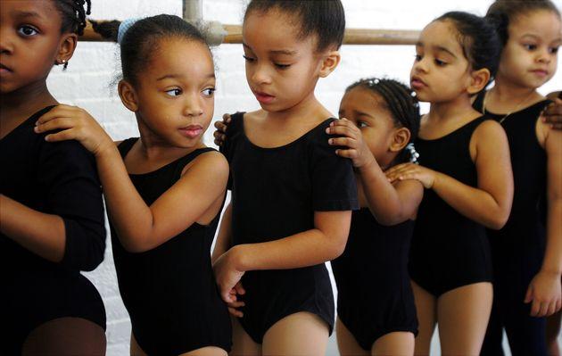 Meninas bailarinas durante aula do DTH, a companhia de dança do Harlem, em Nova