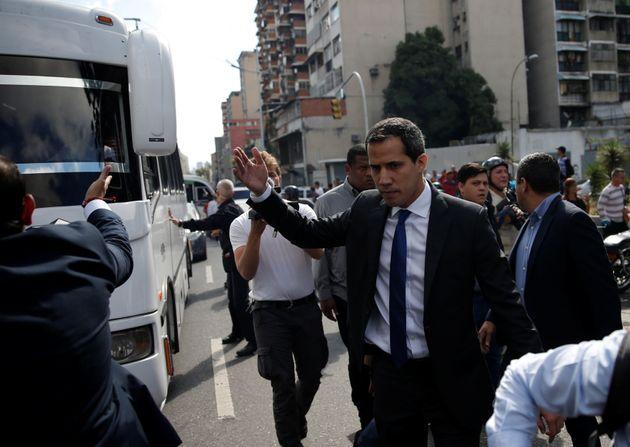 Βενεζουέλα: Ο Γκουαϊντό μπήκε στο κτίριο της Εθνοσυνέλευσης και ορκίστηκε πρόεδρός