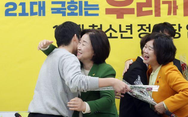 심상정 정의당 대표와 이정미 의원이 7일 서울 여의도 국회에서 열린 18세 청소년 입당식에서 청소년을 포옹하며 환영하고