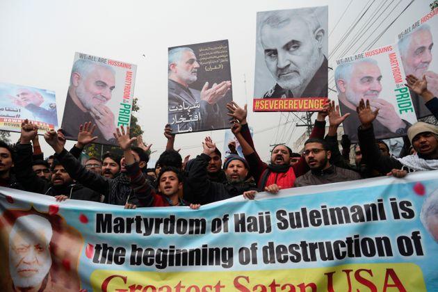 Muçulmanos xiitas no Paquistão protestam em frente ao consulado americano em