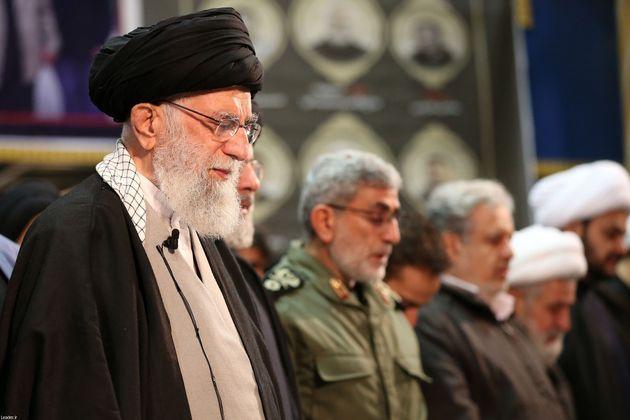 Ali Jamenei asiste en Teherán, el 6 de enero, a un funeral en memoria del general