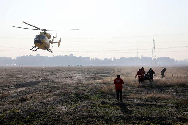 Un hélicoptère survole la zone du crash du Boeing à
