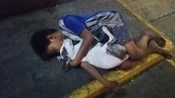 La storia della foto del bimbo senzatetto che dorme per strada abbracciato al suo