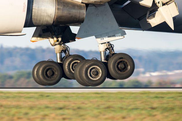 Un avion sort son train d'atterrissage (photo