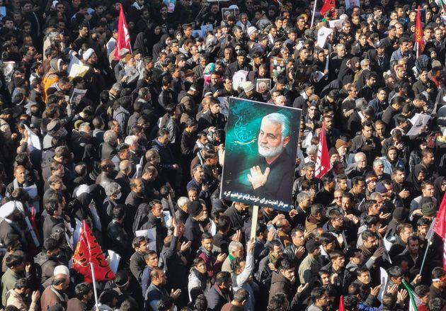 Iranianos se reúnem em luto pela morte dogeneral Qassem